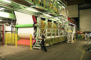 Konstruktion, Fertigung und Montage von 28 t Maschinenbauteilen für eine Papierbeschichtungsanlage. Die Anlage wurde um 1,2 m verschoben und um 1 m erhöht.